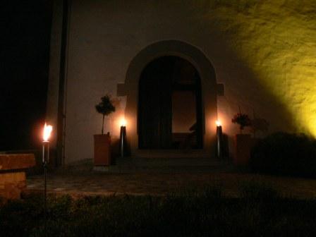 Eingang mit Fackeln